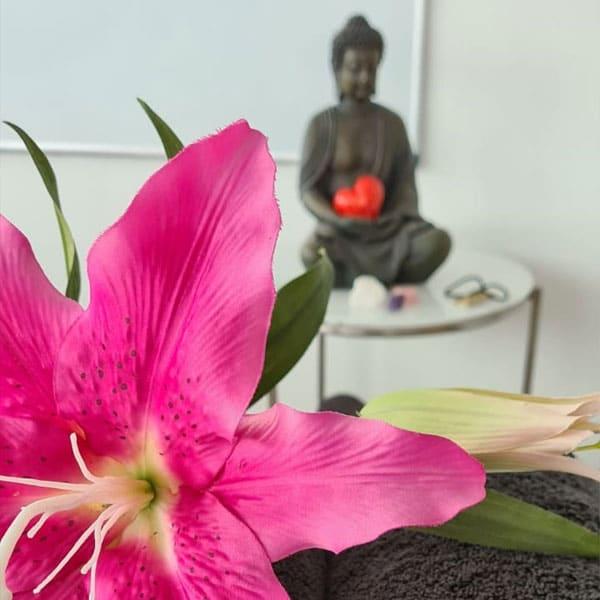 Praktijkruimte met bloem